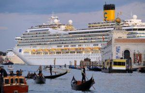 Paquebots dans la lagune de Venise (photo Andréa Pattaro. AFP)