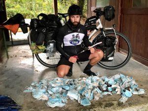 Florian Danielo pose ici avec quelques-uns de ses 620 masques ramassés (Crédit photo F. Danielo)